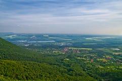 在山的都市风景 免版税库存图片
