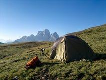 在山的野营的帐篷 库存图片