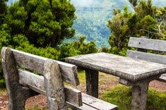 在山的野餐区在马德拉岛的海岛的北部 库存照片