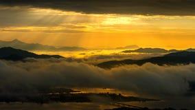 在山的金黄光在早晨雾和日出之前包括在汉城,韩国 库存照片