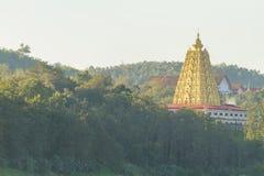 在山的金黄塔寺庙 库存图片