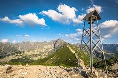 在山的钟楼 一座简单的钟楼在Kasprowy Wier顶部 免版税库存图片