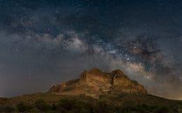 在山的银河在亚利桑那沙漠 库存照片