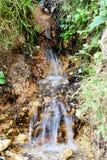 在山的银色给与生命冷的小瀑布 免版税库存图片