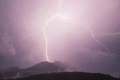 在山的闪电 免版税库存图片