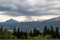 在山的雨 库存照片