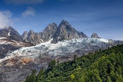 在山的雪在夏天 库存图片