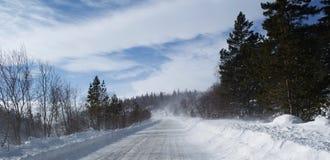 在山的雪道在一个晴朗的冬天早晨 库存照片