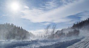 在山的雪道在一个晴朗的冬天早晨 图库摄影