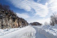 在山的雪道在一个晴朗的冬天早晨 免版税库存照片