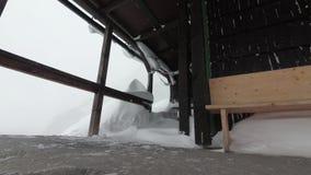 在山的雪风暴,山小屋在塔特拉山脉 股票视频