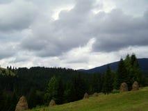 在山的雷暴 库存照片