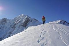 在山的顶层的方式 免版税库存照片