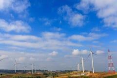 在山的风力发电器在天空 免版税库存照片