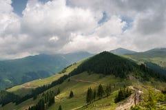在山的风景与云彩和雾 图库摄影