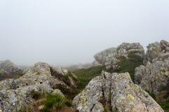 在山的风景与云彩和雾 库存照片