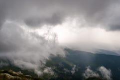 在山的风景与云彩和雾 库存图片