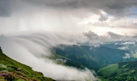 在山的风景与云彩和雾 免版税库存图片