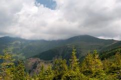在山的风景与云彩和雾 免版税库存照片