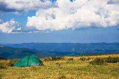 在山的风景与帐篷 免版税图库摄影