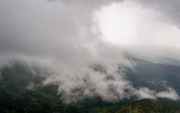 在山的风景与树和云彩 免版税图库摄影