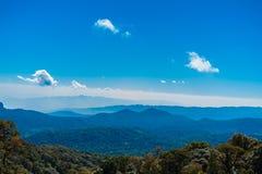 在山的风景蓝天 免版税库存图片