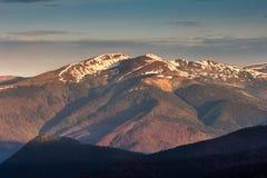 在山的风景:多雪的上面 免版税库存图片