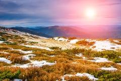 在山的风景:朦胧的上面和多雪的小山 免版税库存图片