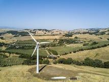 在山的风轮机 库存图片