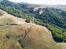 在山的风轮机 免版税库存照片