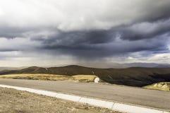 在山的风暴黑暗的云彩 图库摄影