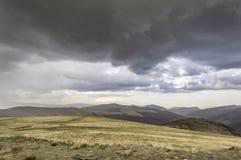 在山的风暴黑暗的云彩 免版税库存照片
