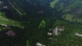 在山的飞行在Gewont峰顶附近 股票录像