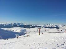 在山的驾空滑车与雪 库存照片