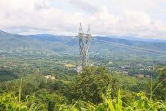 在山的高压塔 库存图片