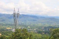 在山的高压塔 库存照片