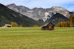 在山的高山小屋在农村秋天风景 Mieminger高原,奥地利,欧洲 图库摄影
