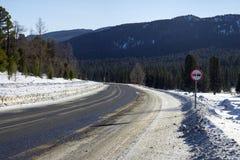 在山的高速公路 角度蓝色路标色彩视图宽 免版税库存照片