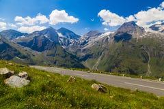 在山的高高山路在夏天 库存照片