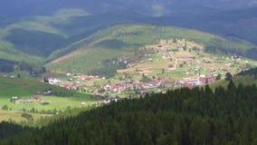 在山的鸟瞰图飞行 乌克兰 Bukovel 飞行在森林 股票视频