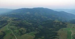 在山的鸟瞰图飞行 乌克兰 Sunevyr 飞行在树 森林谷 雾在水的草甸早晨 4K 股票视频