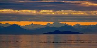 在山的黄昏在Frederick声音,阿拉斯加。 图库摄影