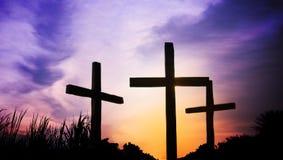 在山的3个十字架在耶稣受难节 免版税库存照片