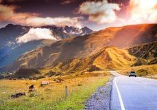 在山的令人敬畏的明亮的日落 免版税库存图片