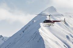 在山的直升机飞行在堪察加半岛 远东 免版税库存照片