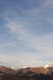 在山的直升机 免版税库存图片