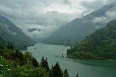 在山的水库在一多云天 图库摄影