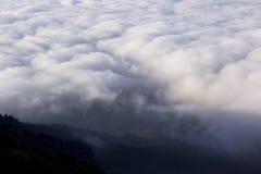 在山的黎明雾 免版税库存图片