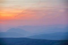 在山的11月有薄雾的日落 免版税库存图片