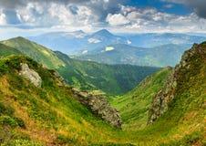 在山的晴朗的夏天场面 免版税库存图片
